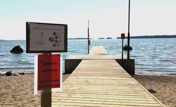 Espoossa Haukilahden rannalla varoitettiin tiistaina runsaasta sinilevästä.