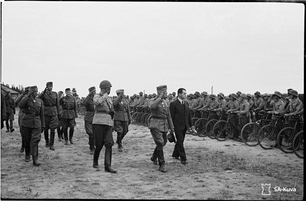 Pääministeri Rangell vierailulla Itä-Karjalassa. Kuvassa hän tarkastaa erään yksikön seurassaan kenraalit Oesch, Hägglund, Lagus ja Arajuuri.