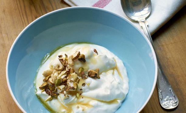 Paksu luonnonjogurtti ei kaipaa seurakseen paljoakaan. Pähkinät ja hunaja ovat täydelliset jogurtin kanssa.