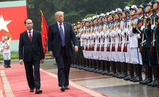 Donald Trump tarkasti kunniakomppanian Hanoissa vietnamilaisen virkaveljensä Tran Dai Quangin kanssa.