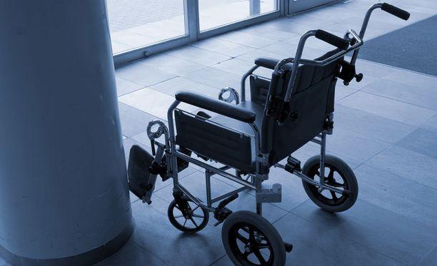 Pyörätuolissa istunut mies uhkasi poliisia kynällä.