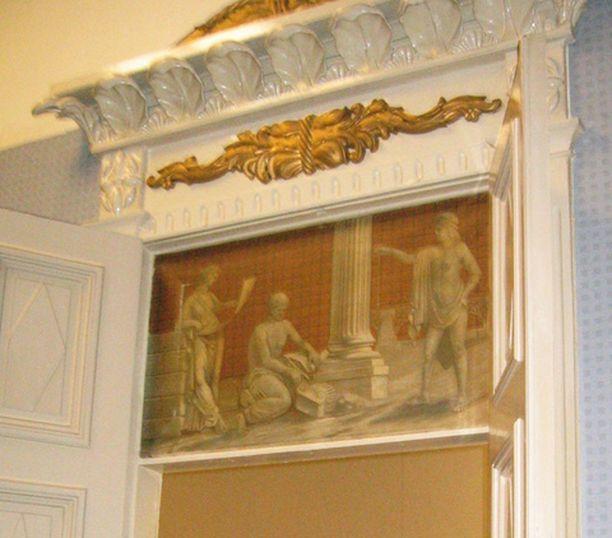 Oven yläpuolella on upeat maalaukset.
