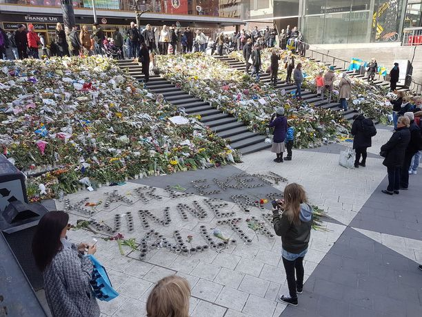 Drottninggatan, Tukholma. Viestit vakuuttavat, että rakkaus voittaa kaiken.