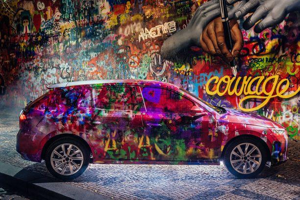 John Lennon -seinä heijasteli nuorison kapinaa 80-luvun kommunistisessa Prahassa. Nyt sen kunniaksi uusi Skoda on maalattu samoin värein.
