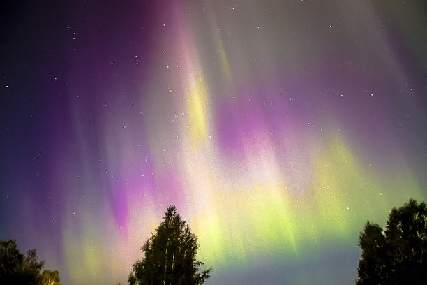 Näin näyttävät revontulet valaisivat taivaan Maalahden Petolahdella alkusyksystä viisi vuotta sitten.