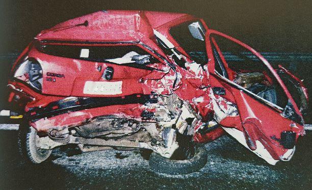 Vieressä istunut kuljettajan vaimo kuoli heti törmäyksessä.