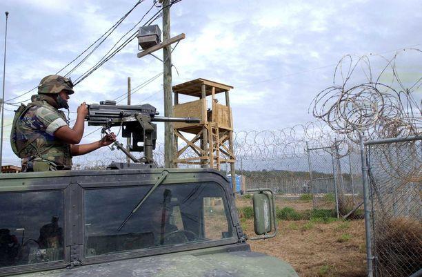 Merijalkaväen sotilas vartiossa Guantanamon vankileirillä Kuubassa vuonna 2002.