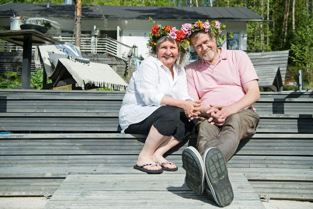 Leena ja Perttu Airikkala rakastuivat ensi silmäyksellä paikan kauniiseen järvimaisemaan. Seppeleet ovat Minna Penttilän käsialaa.