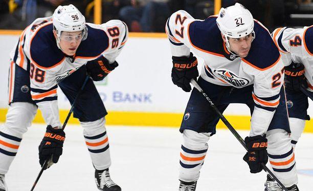 Milan Lucic hyökkäsi lauantain Vegas-ottelussa Jesse Puljujärven rinnalla Oilersin kakkosketjussa.