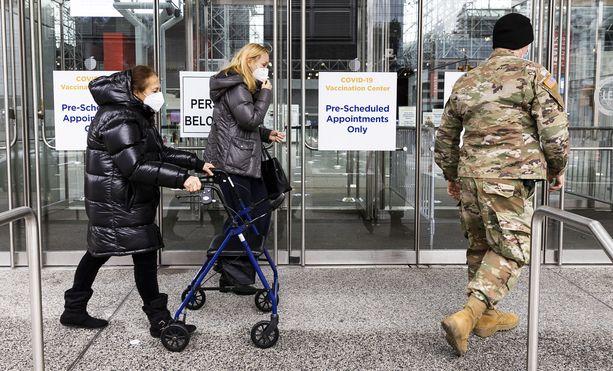 Ihmisiä saapumassa koronarokotukseen New Yorkissa.
