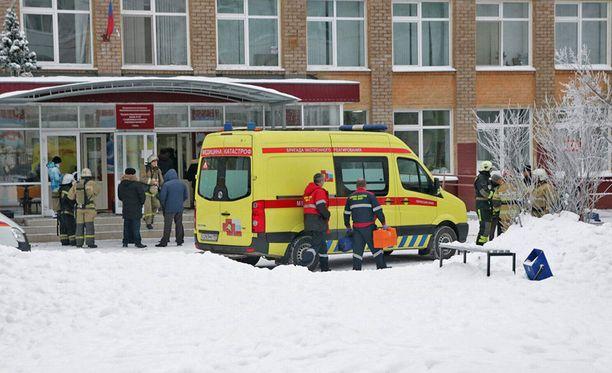 Ainakin 15 ihmistä loukkaantui maanantaina tapahtuneessa välikohtauksessa Permissä sijaitsevassa koulussa. Koko koulu evakuoitiin.