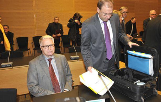 Pekka Paavola (vas.) ja hänen asianajajansa Ilkka Miettinen odottivat oikeudenkäynnin alkamista.