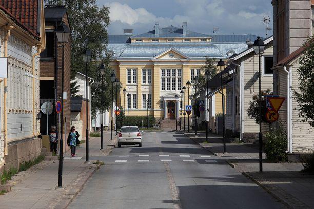 Syytteiden mukaan 44-vuotias olisi tehnyt murhan ja muita väkivallan tekoja Raahen keskustassa. Kuvituskuva, kuvan henkilöt eivät liity tekoihin.