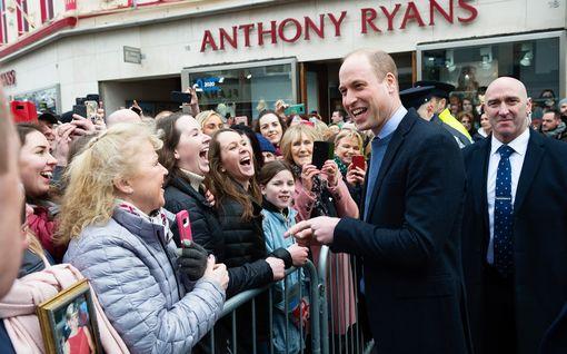 Prinssi William rikkoi protokollaa – otti selfien fanin kanssa