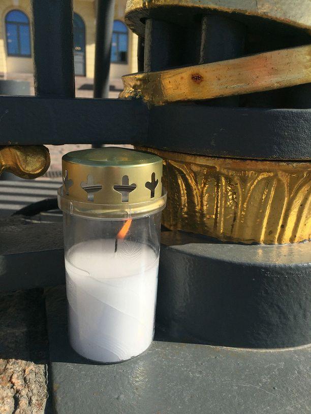 Presidentinlinnan portilla palaa kynttilä.