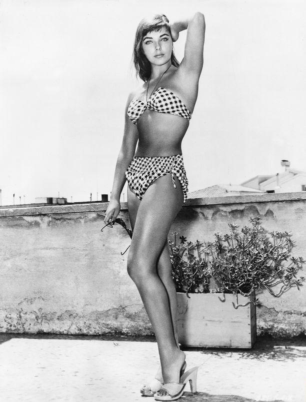 Joan Collins bikinikuvauksissa vuosia sitten.