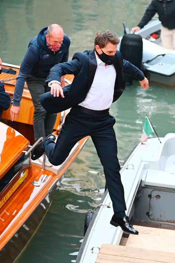 Tom Cruise, 58, oli kuvauksissa erinomaisessa työkunnossa - hyppyjä riitti.