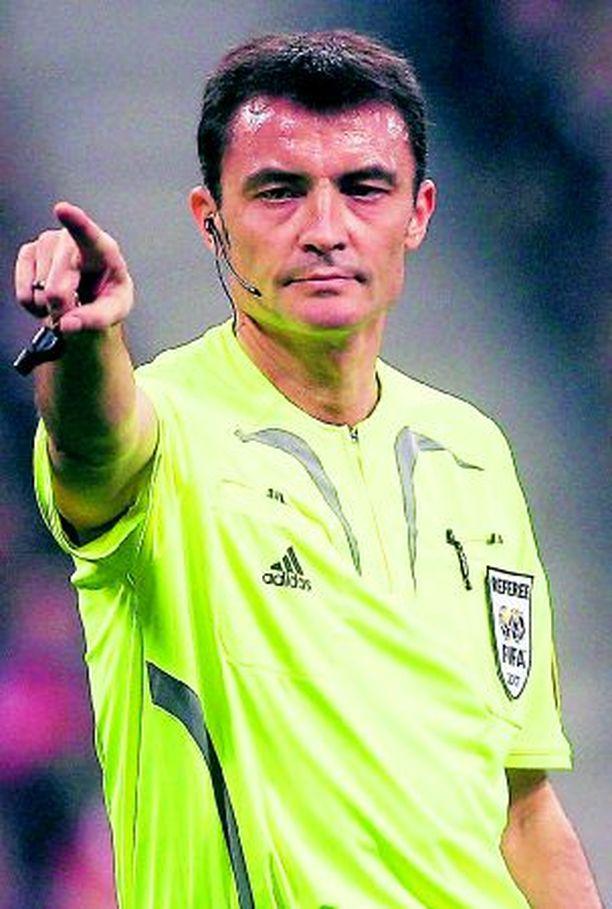 Espanjalainen Manuel Mejuto González viheltää Suomi– Serbia -ottelun.