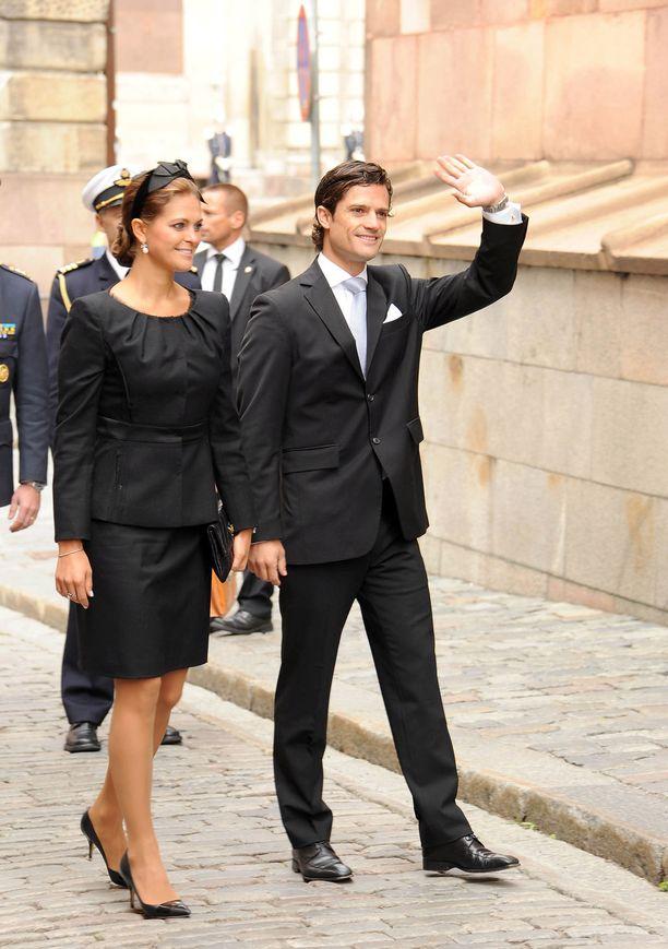 Syyskuu 2011. Prinssi vilkuttaa sisar vierellään.