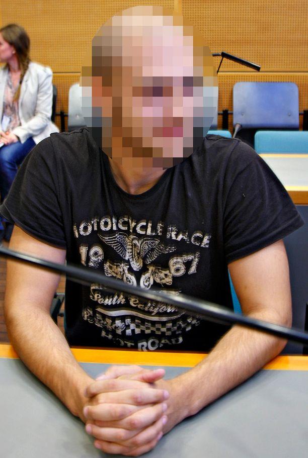 Toinen vangituista on 24-vuotias mies, jolla ei IL:n tietojen mukaan ole johtavaa asemaa SMR:ssä.