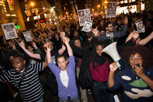 Mielenosoittajat marssivat Seventh Avenueta pitkin kohti Times Squarea.