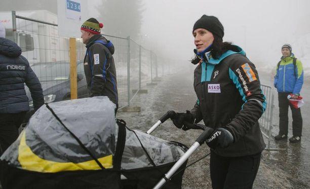 Marit Björgen työnteli Marius-poikaansa vaunuissa viime maaliskuussa Holmenkollenilla.