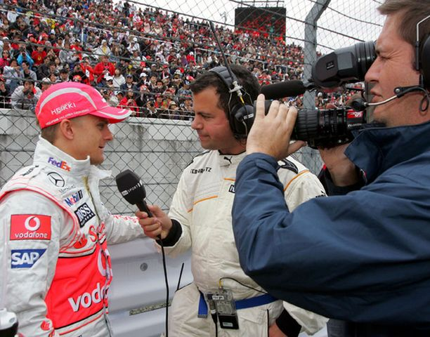 Heikki Kovalainen vastaili toimittajien kysymyksiin kisan ollessa vielä kesken.
