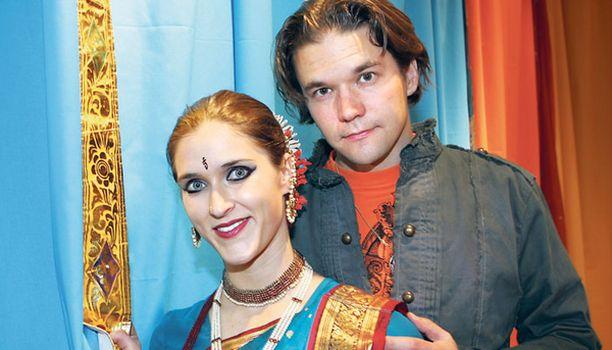 Jessica ja Eero Heinonen käyvät vuosittain Intiassa. Tässä Jessicalla on yllään työasu eli intialainen kuchipuditanssijan puku.