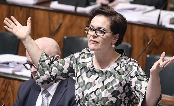 Hannakaisa Heikkisen mukaan valiokunta keskusteli kolme tuntia ennen kuin kokous päättyi siihen, ettei valiokunnan puheenjohtaja Krista Kiuru suostunut järjestämään äänestystä Matti Vanhasen esityksen pohjalta. Valiokunta kokoustaa jälleen ensi maanantaina kello 10.