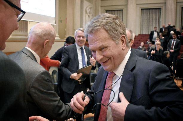 Tasavallan presidentti Sauli Niinistö keskusteli toisen presidentinvaalitentin jälkeen tapahtuman juontajan, toimittaja Timo Haapalan kanssa Helsingin yliopiston juhlasalissa. Myös vihreiden ehdokkaalla Pekka Haavistolla oli taustalla hauskaa.