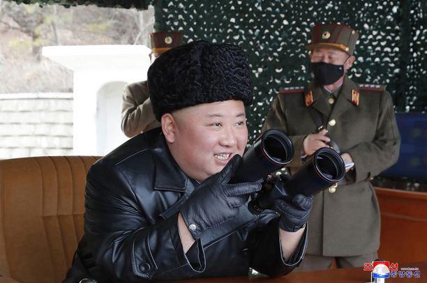 Kim Jong-un on näyttäytynyt julkisuudessa tänä vuonna vain harvoin. Kuvassa yksi harvinaisista esiintymisistä ohjusharjoituksessa maaliskuun alussa.
