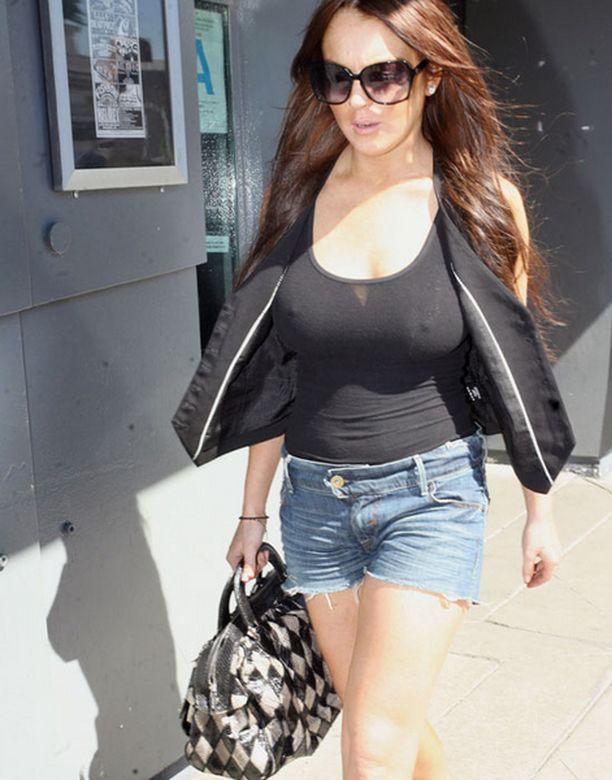 Lindsay vilautteli - tosin maltillisemmin kuin yleensä - Los Angelesissa.