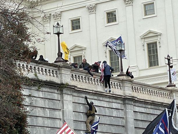 Sadat mellakoitsijat tunkeutuivat kongressirakennukseen.