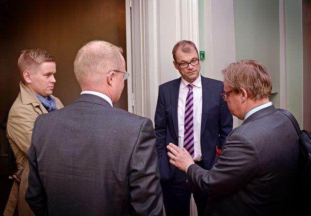 Vielä toukokuussa 2015 Joonas Turunen (vas.) toimi kokoomuksen hallitusneuvottelijana. Lokakuussa 2016 Turunen siirtyi kuitenkin Mehiläiseen.