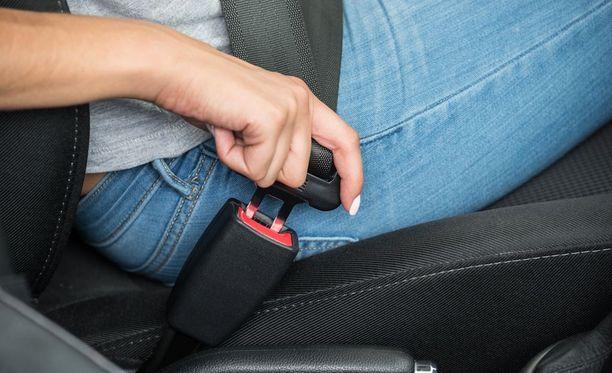 Vanhempi! Muistathan huolehtia, että lapsellasi on turvavyö jo ennen kuin lähdet liikkeelle.