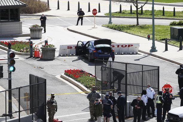 Epäilty ajoi autolla turvaestettä päin Yhdysvaltain pääkaupungin Capitolin alueella.