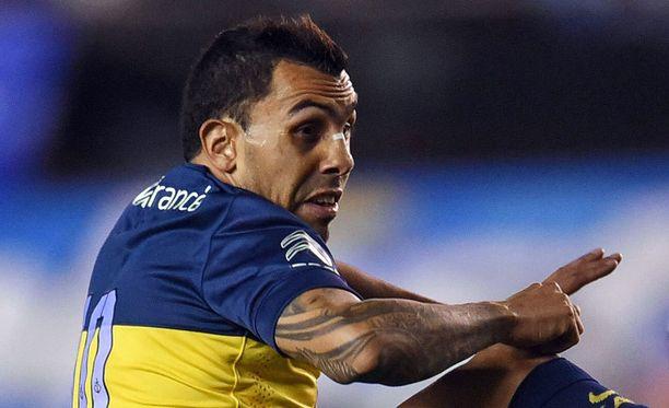 Carlos Tevez ampui joukkueensa 2-0-maalin Lanusta vastaan ja joutui törkyniitin kohteeksi.