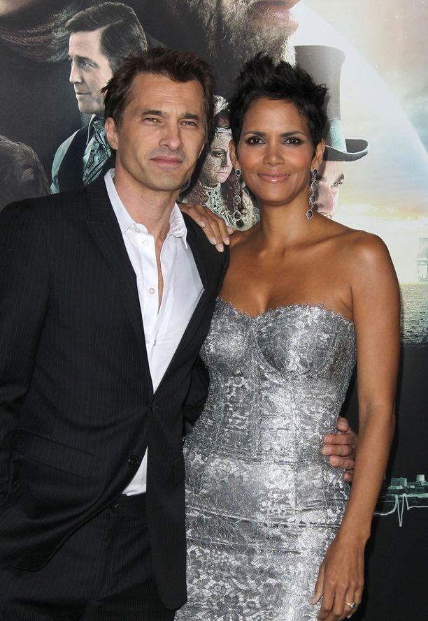 Olivier Martinez tunnetaan muun muassa elokuvasta Kohtalokas syrjähyppy. Halle Berry voitti naispääosa-Oscarin vuonna 2002 Monster's Ball -leffasta.