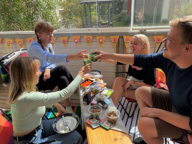 Piknikretki maistuvan ruuan kera on hauska tapa juhlistaa ystävyyttä.