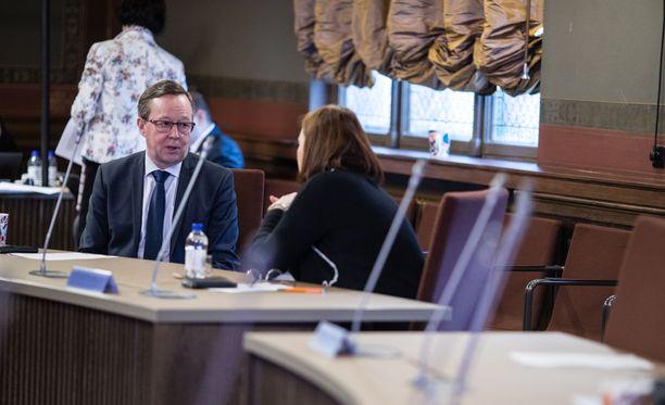 Elinkeinoministeri Mika Lintilä laati pohjaesityksen yritysten suoran tuen mallille. Kuva Säätytalosta 4. toukokuuta.