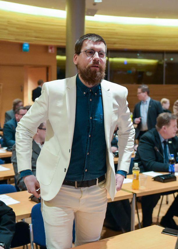 Sebastian Tynkkynen kertoo Suomen Kuvalehdelle, etteivät venäläiset isännät tuntuneet hallitsevan tapaa, jolla länsimaiset vieraat voitaisiin vakuuttaa hankkeiden hyödyllisyydestä.