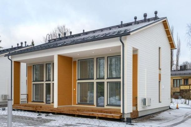 Helsingin Hakuninmaalla sijaitseva paritalokolmio on myynnissä 295 000 euron hintaan.