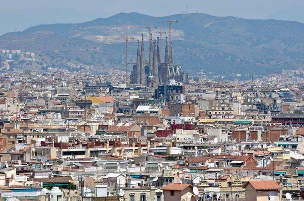Barcelonan ydinkeskustaan ei saa tällä hetkellä enää perustaa uusia matkailijoiden majoituspalveluja. Sagrada Familiaa ympäröivässä kaupunginosassa ei olla aivan yhtä tiukkoja: jos jokin hotelli tai majoitustila sulkee ovensa, voi sen yhä korvata uudella.