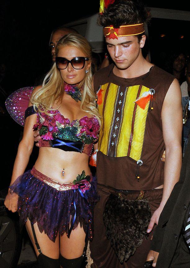 Paris Hilton ja suomalaistaustainen malli River Viiperi olivat varanneet viikonlopulle ainakin kaksi eri Halloween-asua. Perjantaina Paris ja River olivat Liisa Ihmemaassa ja Hullu Hatuntekijä. Seuraavana päivänä Playboy-talon juhlissa heillä oli eri teema.