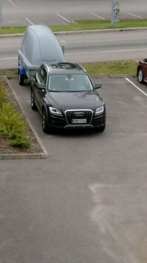 Poliisi kaipaa vihjeitä epäillystä murtovarkaasta, joka iski omakotitaloon tammikuussa Helsingin Puistolassa. Matkaan lähti muun muassa kuvan musta Audi Q5.