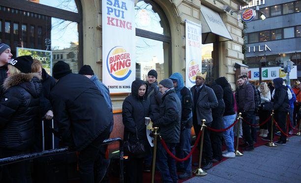 Burger Kingin ulkopuolella muodostui pitkä jono ennen ovien avaamista.