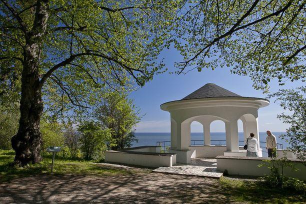 Kaunis paviljonki löytyy meren rannalta.