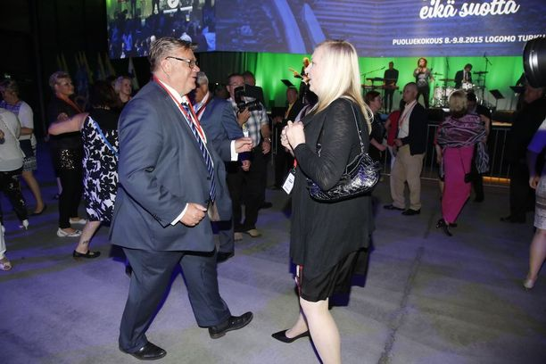 Soini jorasi Tiina-vaimonsa kanssa perussuomalaisten puoluekokouksessa Turussa elokuussa 2015.