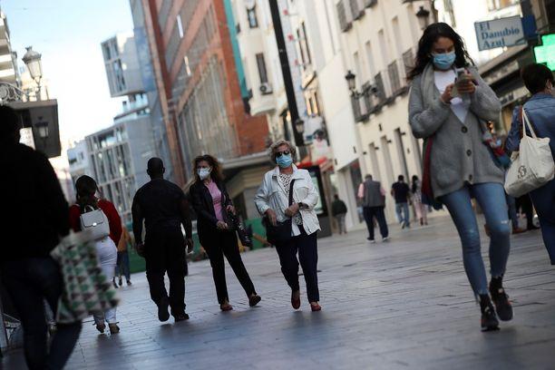 Ihmisiä ostosalueella Madridissa torstaina.