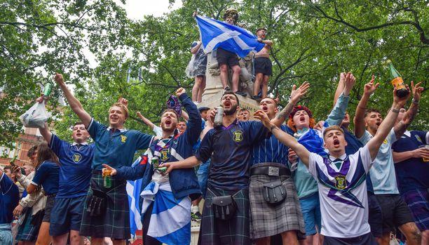 Skotlannin faneja kerääntyi muun muassa Leicester Squarelle Lontooseen.